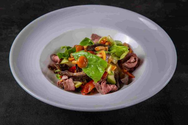 Салат із запечених овочів з телятиною