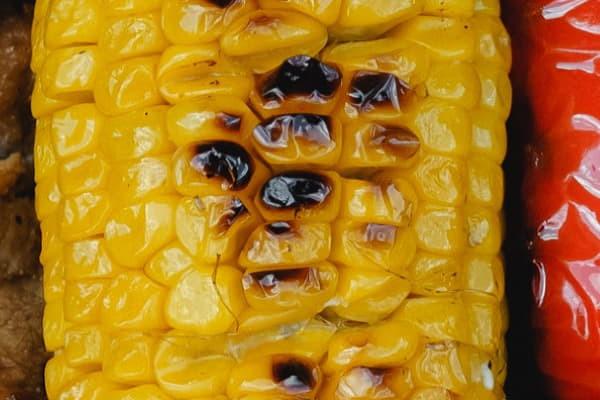 Запечена кукурудза на мангалі