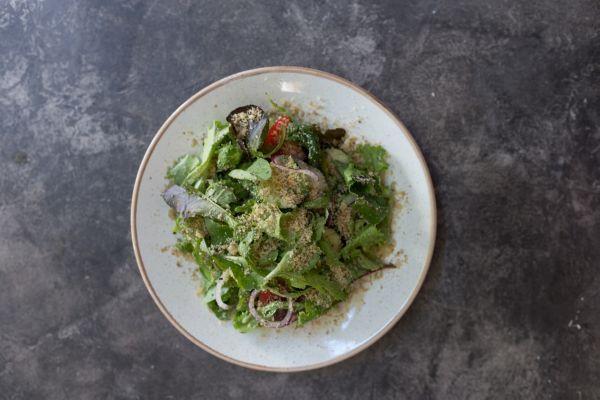 Колхідский салат зі свіжих овочів та горіховую заправкою