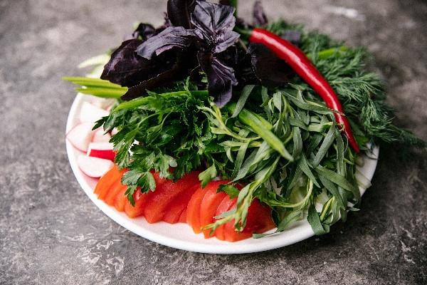 Овочева тарілка з ароматою зеленню