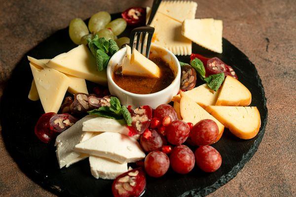 Асорті  сирів з інжирним соусом