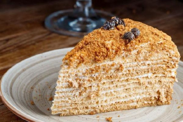 Фірмовий медовий торт з боржомськими шишками