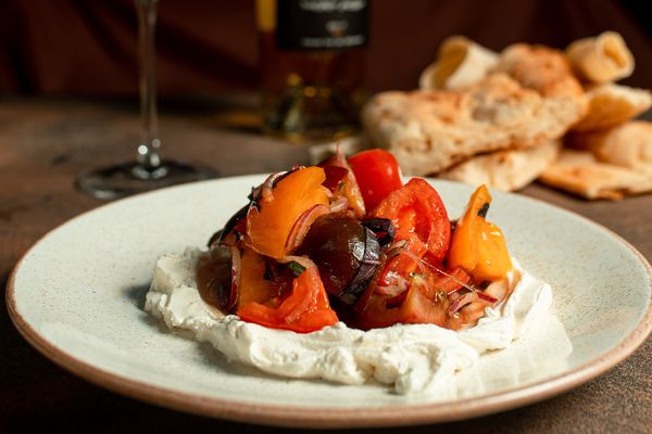 Лабне - молодий сир з трьома видами томатів