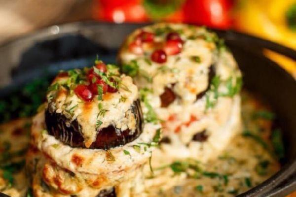 Баклажани Пучхолія з томатами та міксом сирів