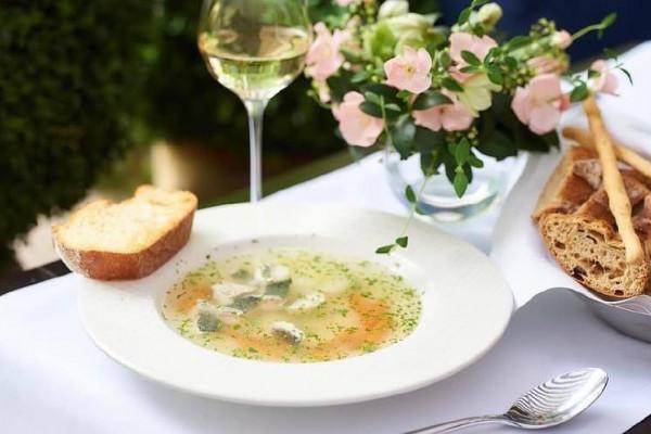 Рибна юшка з дорадо, овочами і часниковою грінкою
