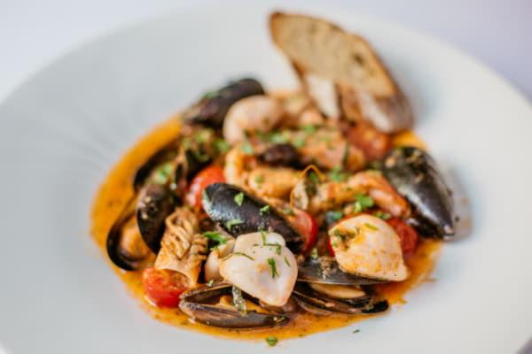 Соте з морепродуктів в томатном соусі