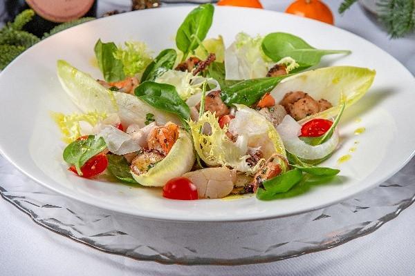 Салат з морепродуктами та цикорієм