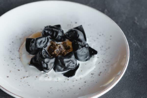 Чорні равіолі з яловичими щічками