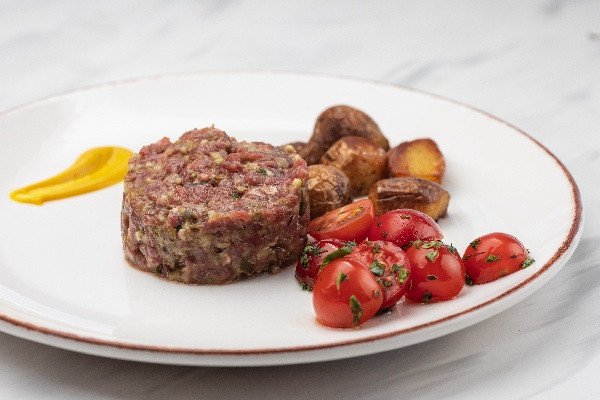 Тартар з яловичини зі смаженою картоплею та грінками