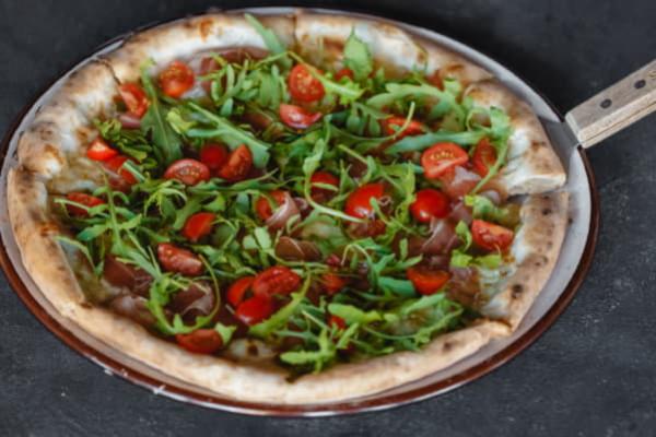 Піца з пармою, руколою та томатами
