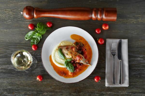 Кролик з в'яленими томатами,оливками і картопляним пюре з ароматом трюфелю