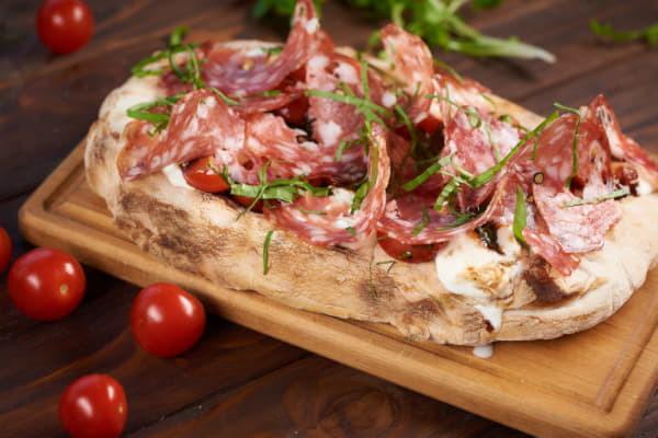 Пінца з салямі Кантодіно, моцарелою бурата та томатами
