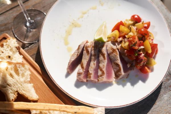 Стейк із тунця з томатною сальсою