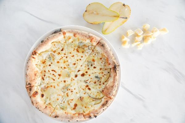 Піца з грушею та сиром горгонзола