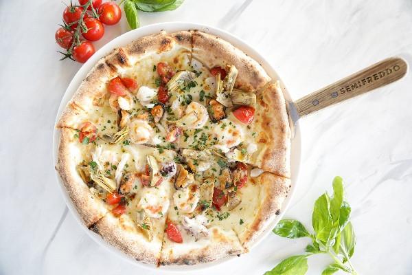 Піца з морепродуктами та маринованими артишоками
