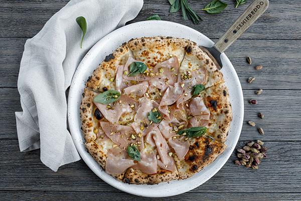 Піца з мортаделою, фісташками  та трюфельним маслом