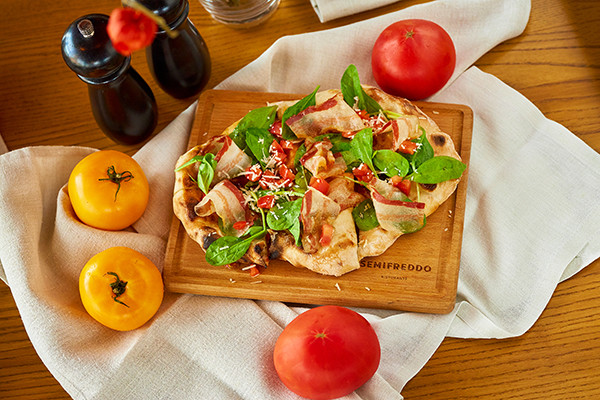 Пінца з панчетою, бебі-шпинатом та томатами