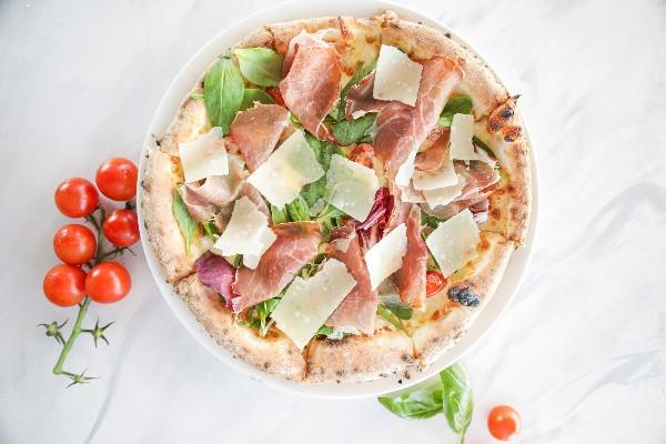 Піца з прошуто Кулантелло, томатами та мікс салатом