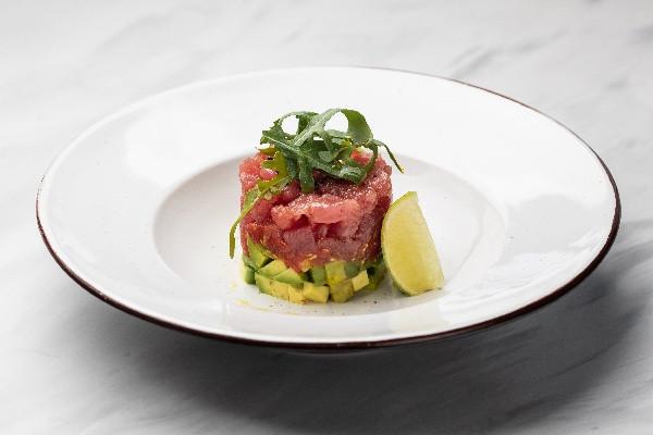 Тартар із тунця з авокадо та томатами