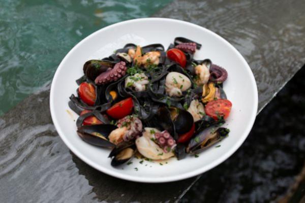 Тальятеле з чорнилами каракатиці та морепродуктами