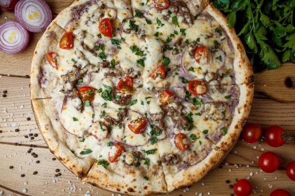 Піца з індичкою та баклажанами на грилі