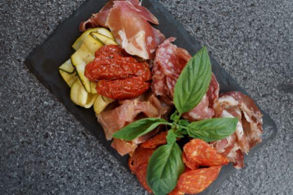 М'ясні антипасті - італійські ковбаси