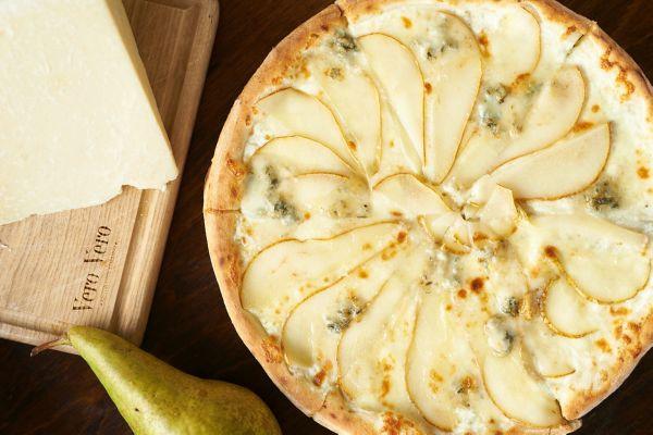 Піца з грушею та горгонзолою