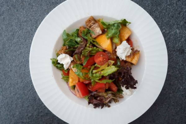 Салат з трьох видів томатів, козячим сиром та соусом із анчоусів