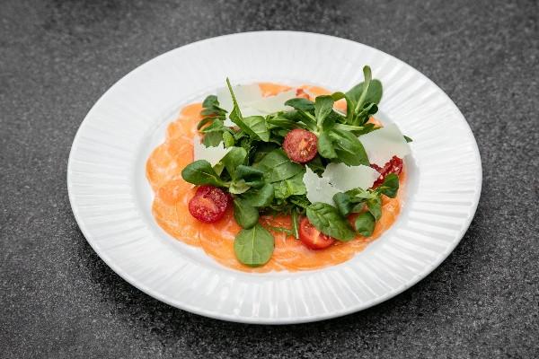 Карпачо з лосося Label Rouge зі шматочками авокадо та апельсиновим соусом