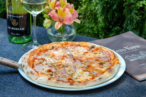 Піца з прошуто кото, грибами та ароматом трюфелю