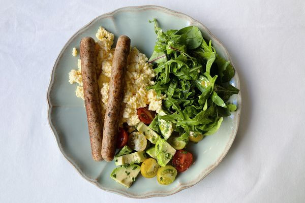 Скрембл з сальсічою, томатами та мікс-салатом