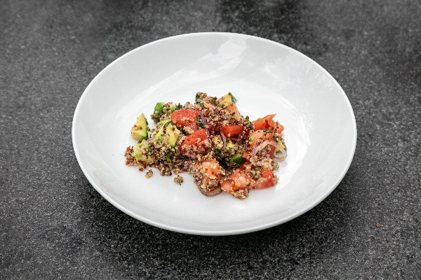 Салат з авокадо, кіноа та соковитими томатами