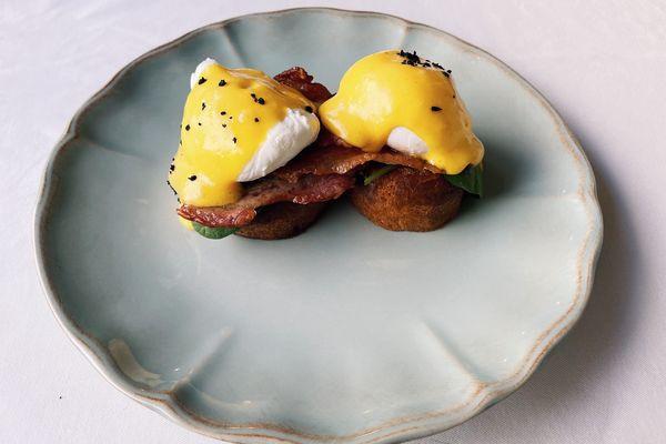 Яйця Бенедикт з беконом