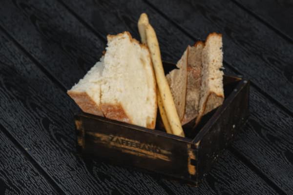Хлібна корзина з шафрановою олією