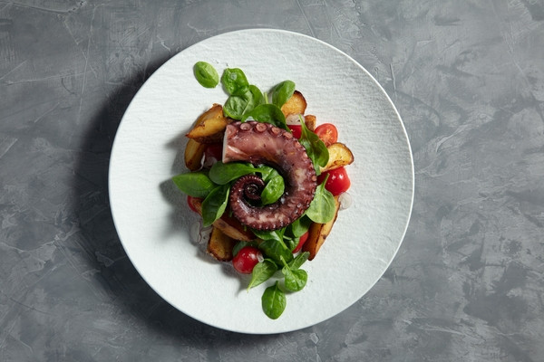 Теплий салат з восьминогом і картоплею