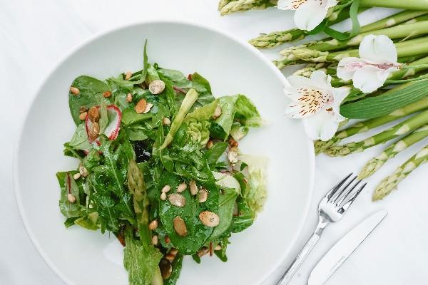 Зелений салат Верде з авокадо та спаржею