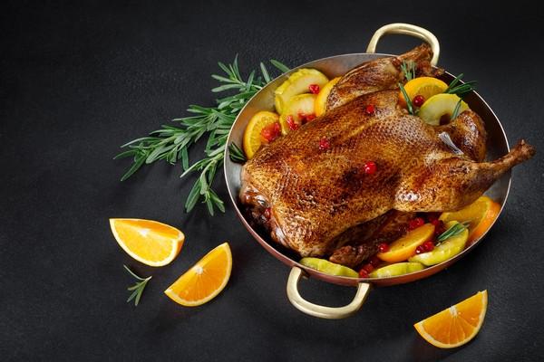 Качка запечена з апельсинами та яблуками з соусом із журавлини