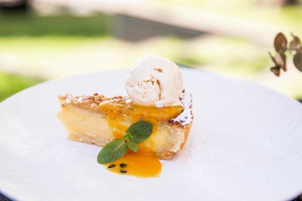 Торта дела нона з манговим соусом та ванільним морозивом