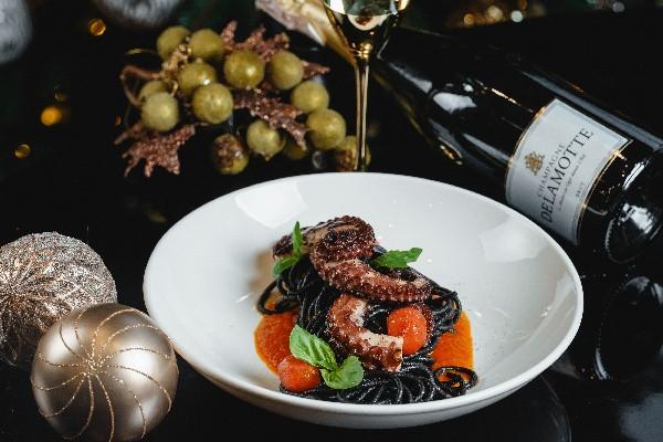 Спагетті з чорнилами каракатиці та восьминогом на грилі