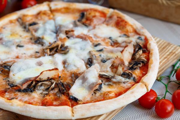 Піца з прошутто котто з грибами та ароматом трюфеля