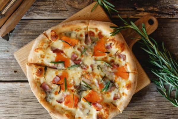 Піца з гарбузом, панчетою та сиром горгонзола