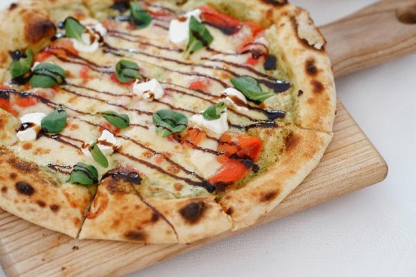 Піца з печеним перцем та козячим сиром