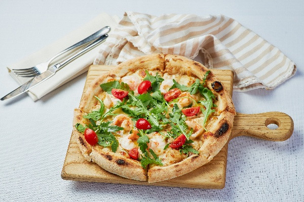 Піца з креветками, рукколою та вершковим соусом