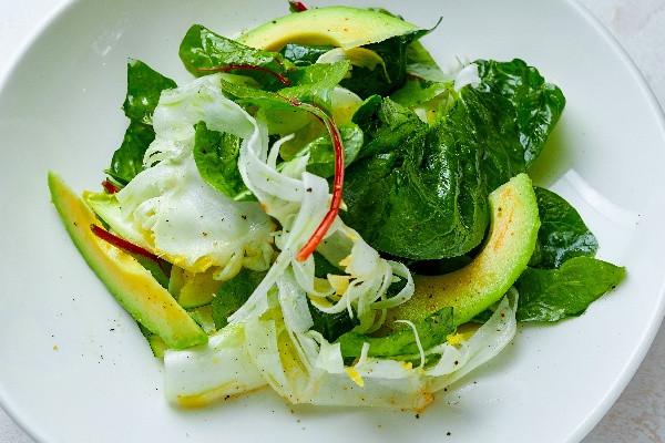 Зелений салат з авокадо, фенхелем та шпинатом