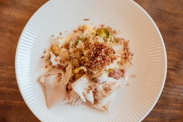 Салат Ромен з індичкою, хрусткою чіабатою,яйцем пашот і домашнім соусом