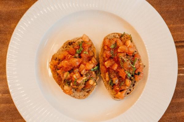 Пістні брускети з томатами та базиліком