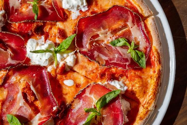 Піца з копою, буратою і в'яленими томатами