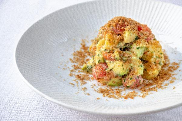 Сільський салат з лососем, авокадо і  картоплею