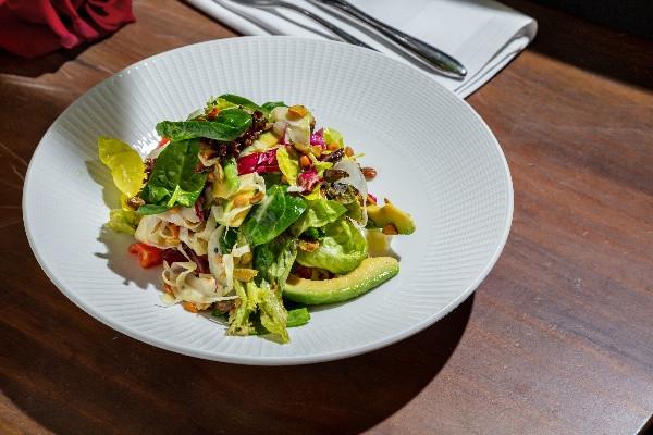 Великий зелений мікс салату з авокадо