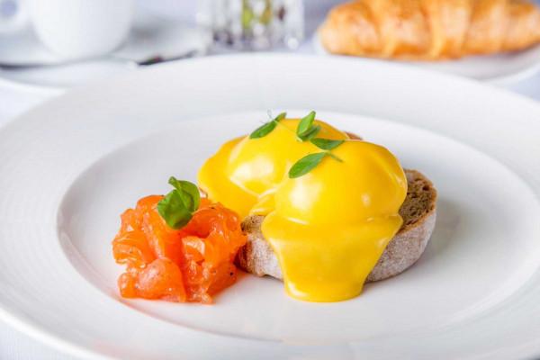 Яйця пашот з лососем та голандським соусом